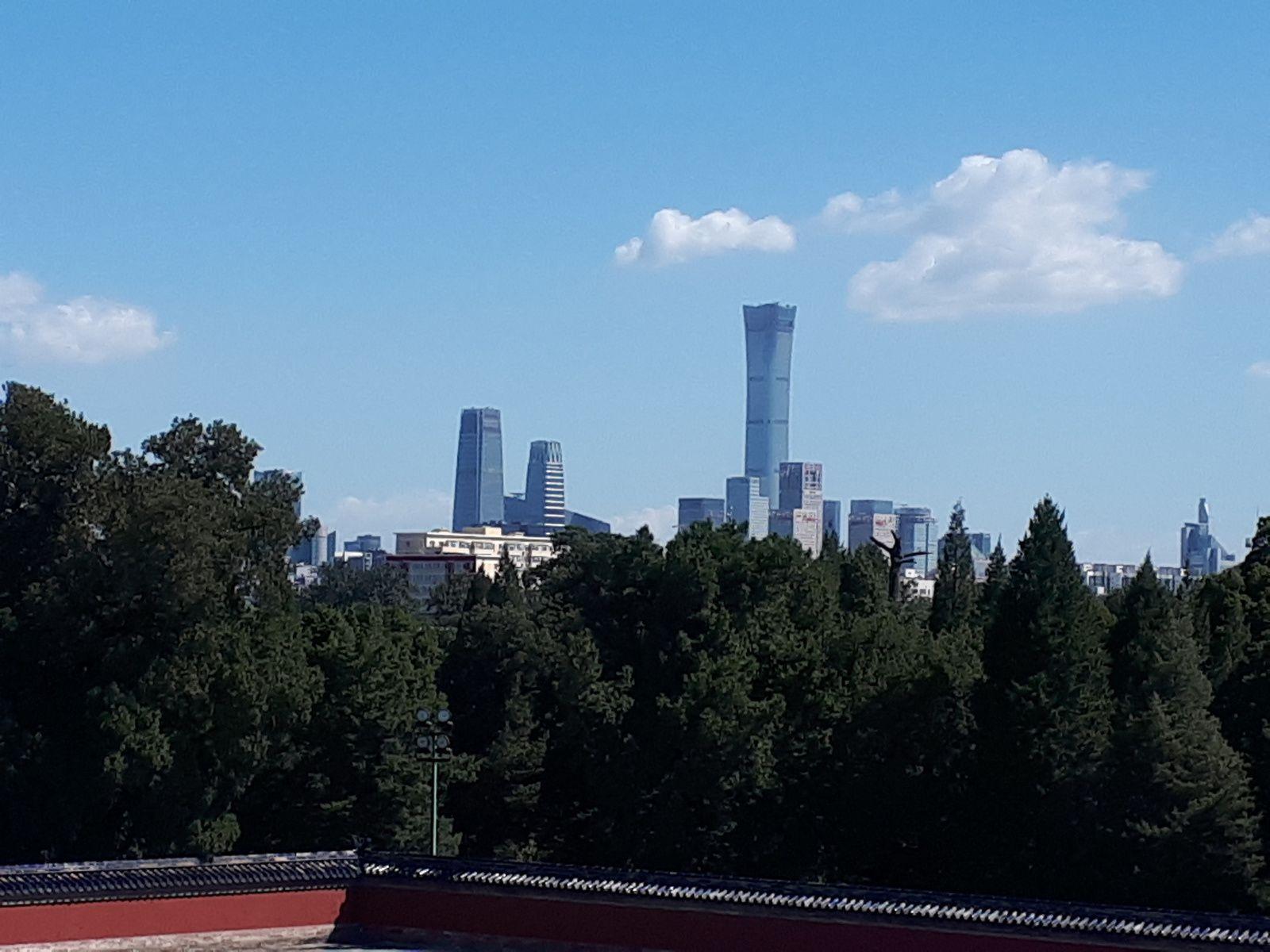 Au loin,la ville de Pékin et le gratte-ciel le plus haut de la ville: la tour de la télévision chinoise.