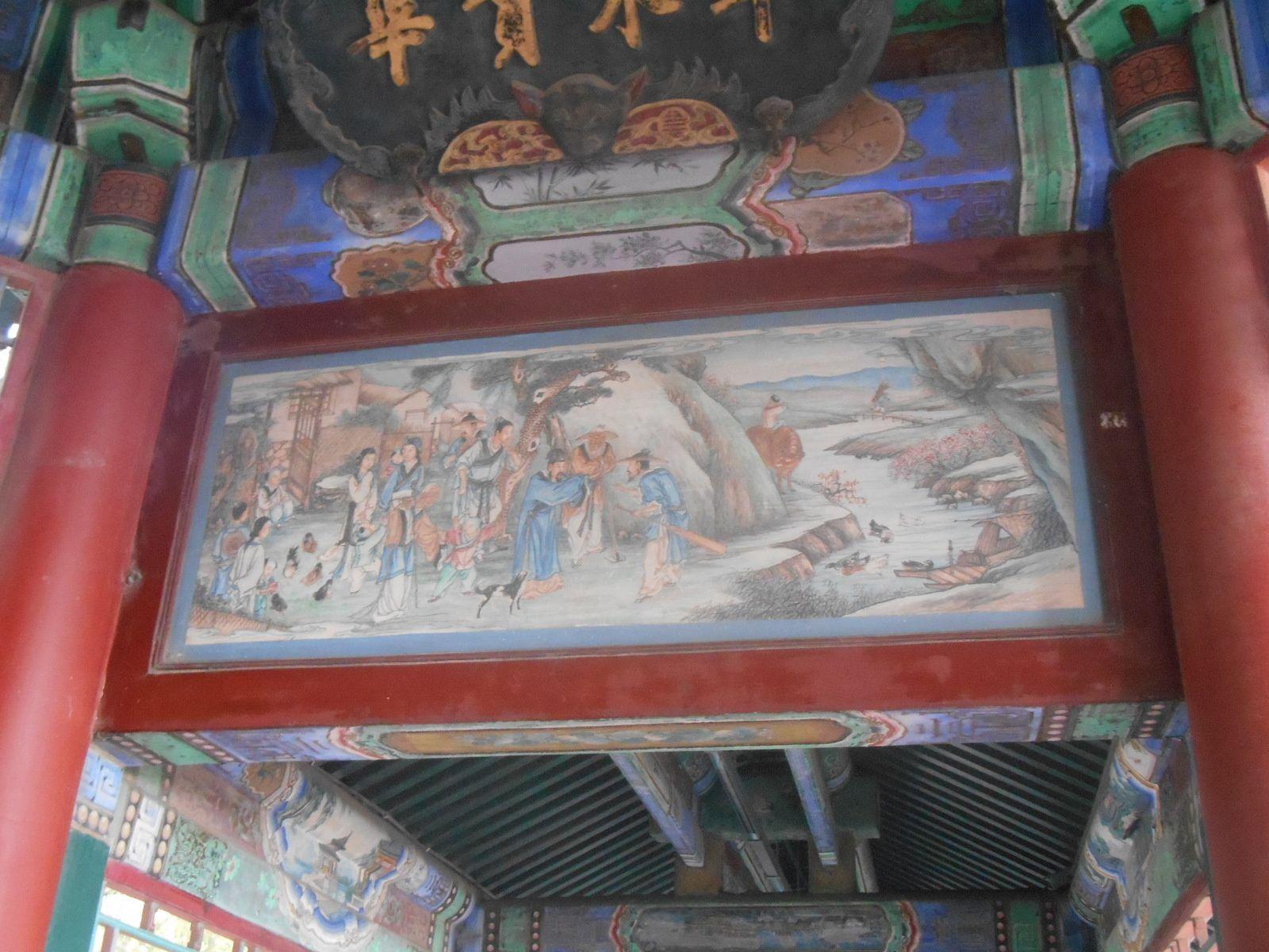 Fresques situées sous la galerie couverte décrivant des scènes d'histoire de la Chine. (galerie longue de 700 m)