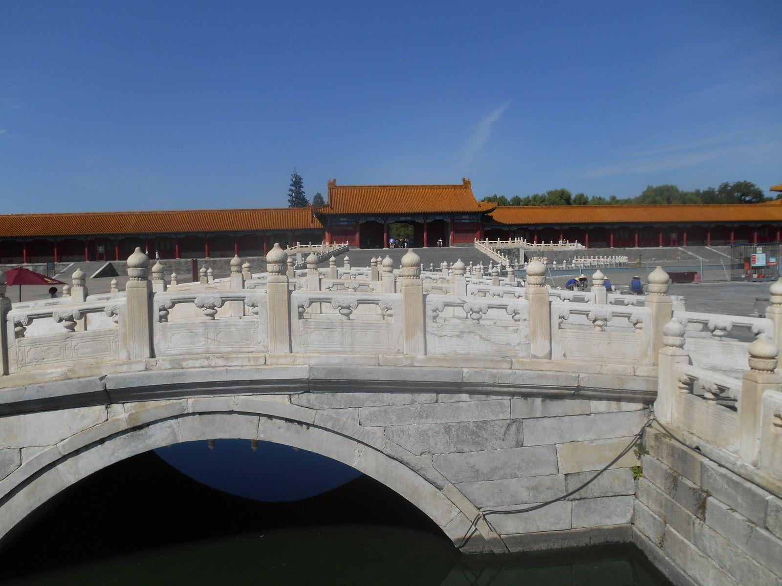 Un des 5 ponts de marbre traversant la rivière aux Eaux d'or...