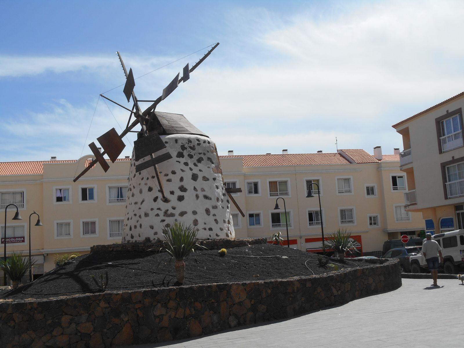 Moulin Domingo Estévez sur une des places de Corralejo...