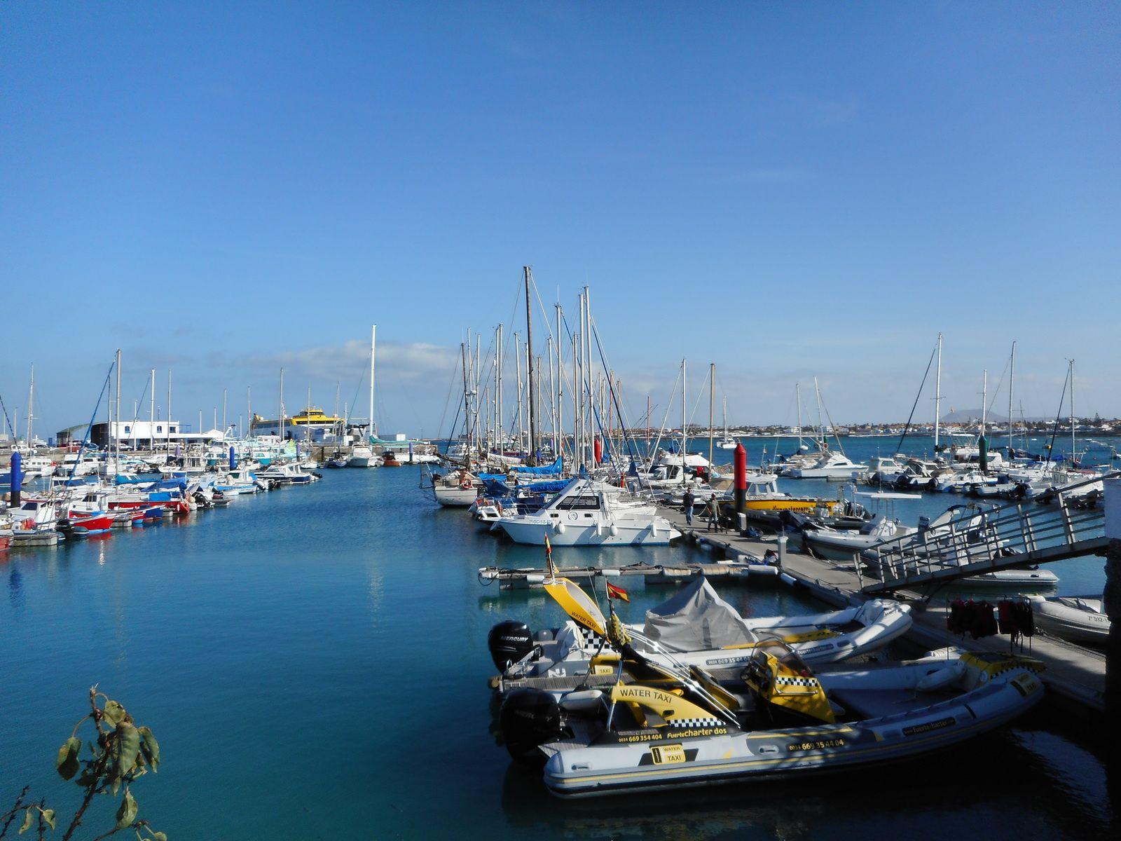 Le port de Corralejo d'où partent les ferries en direction de l'île de Lanzarote...