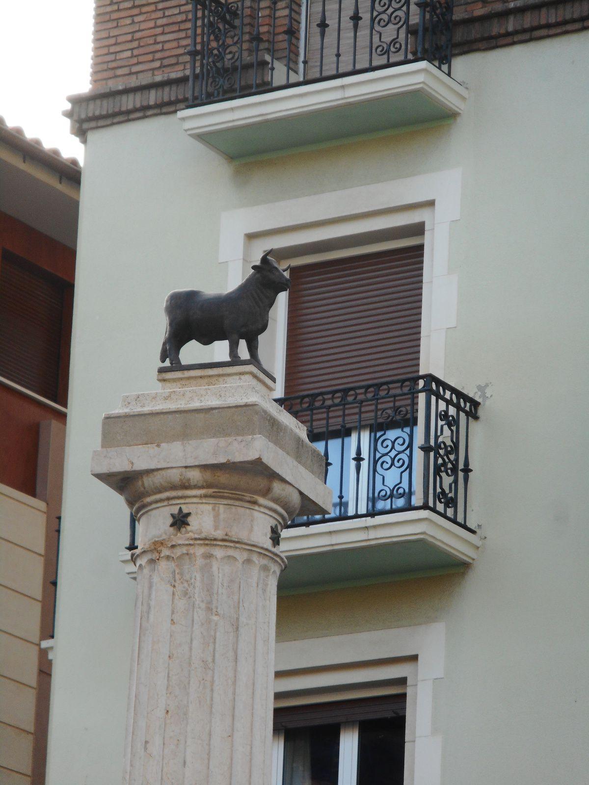 Tout petit taureau placé sur une assez haute colonne...