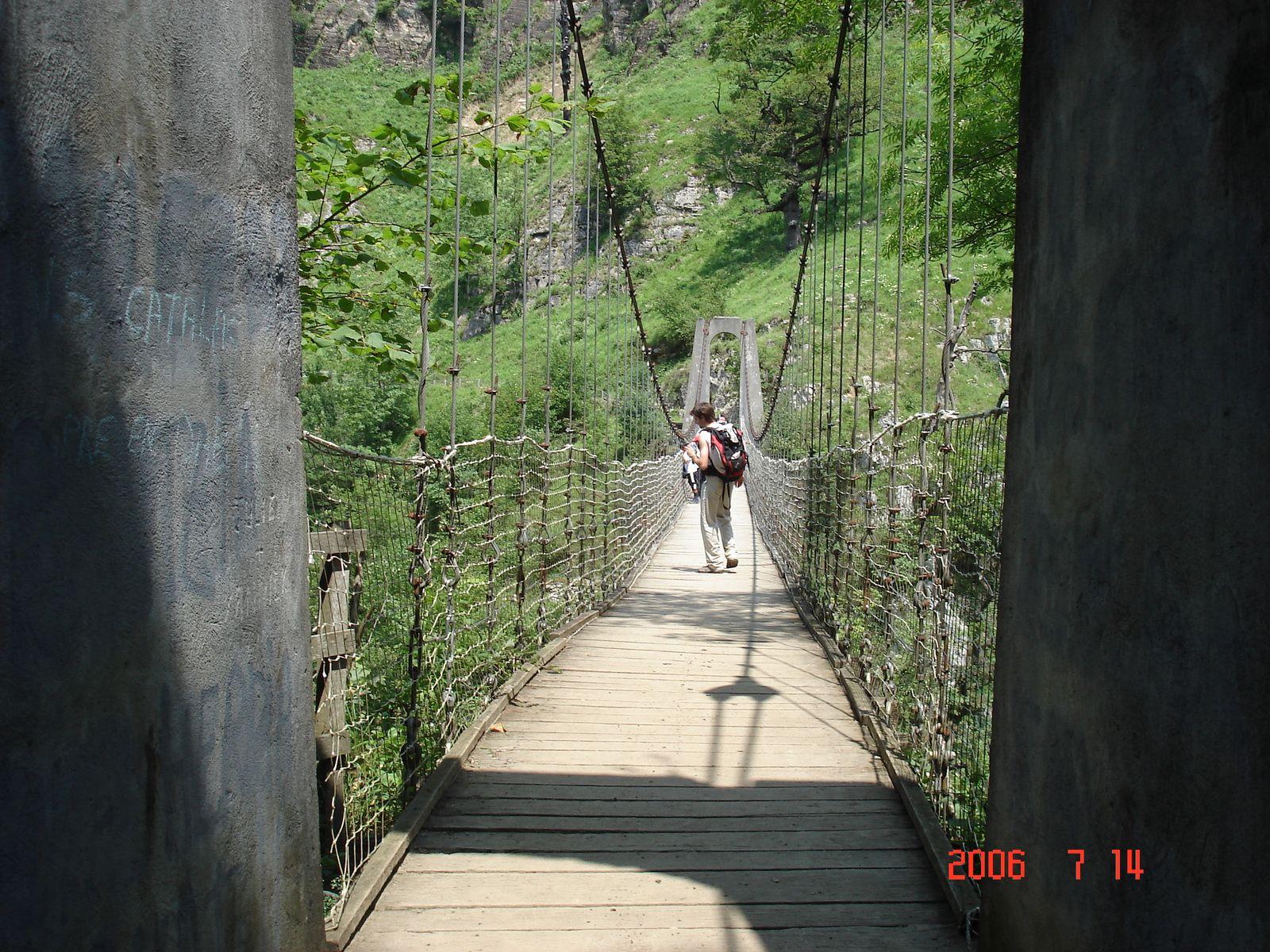 Après une dernière descente bien pentue, nous arrivons au moment fort de notre journée: la traversée de la passerelle d'Holzarté.