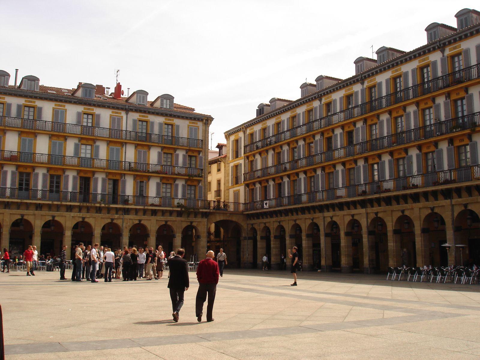 La place de la Constitution, avec un numéro sur chaque balcon qui rappelle le temps où la place servait d'arènes.