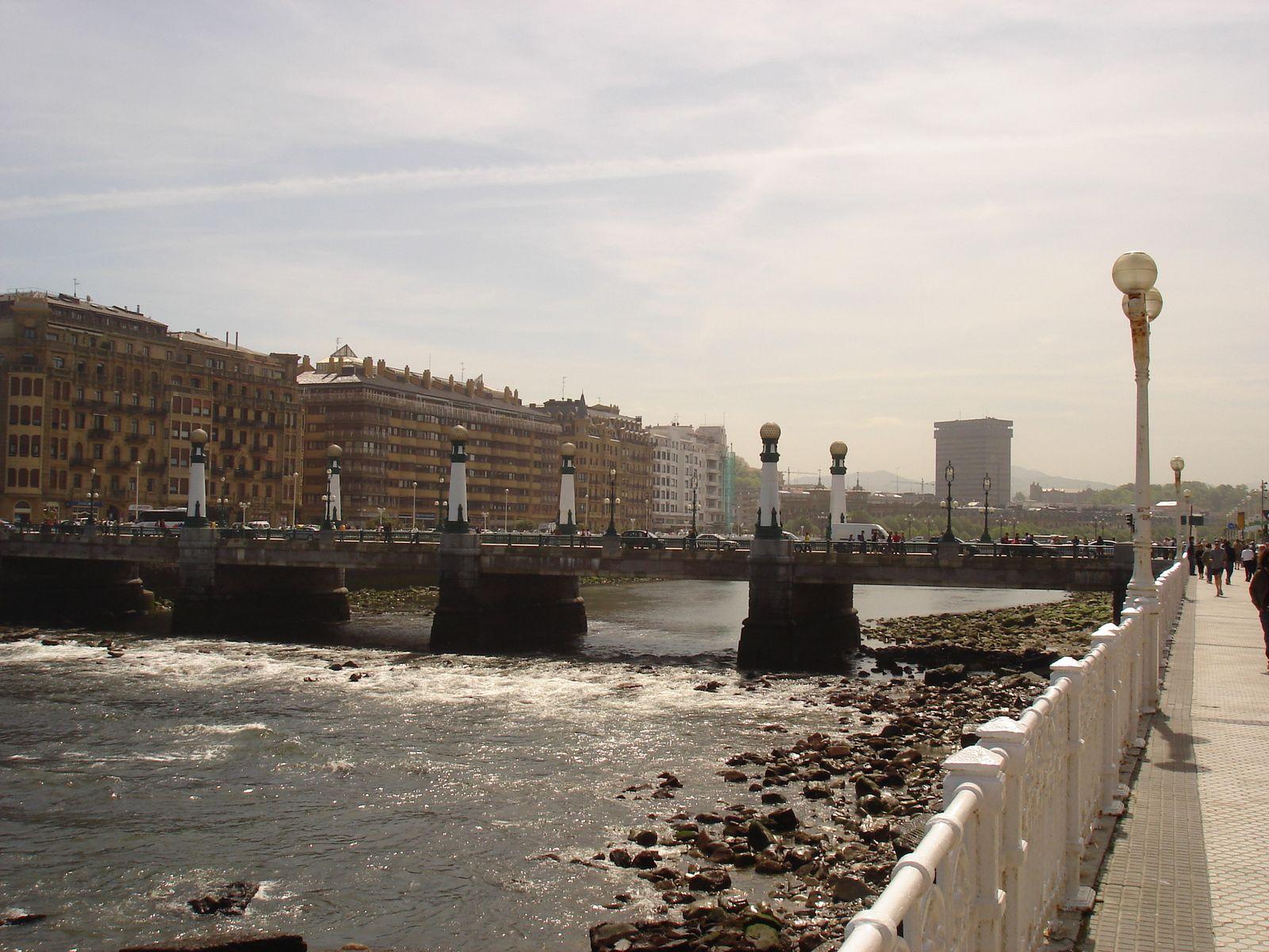 Le pont du Kursaal enjambant le rio Urumea.