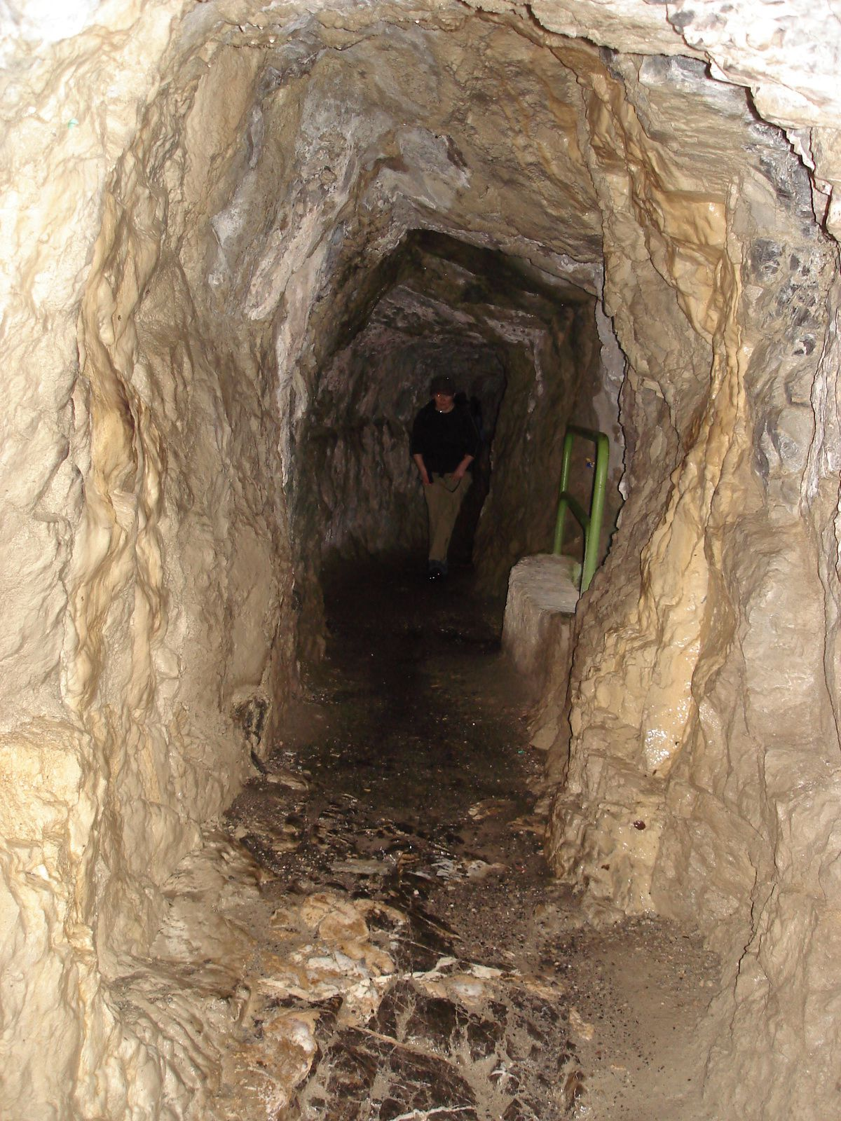 Vers la fin du parcours, nous passons dans des galeries taillées dans la roche, basses,humides et sombres.