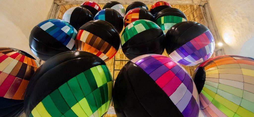 Les gardiens - Exposition Objets flottants - Centre d'art Les 3 CHA (crédit photo : Magali Maleux)
