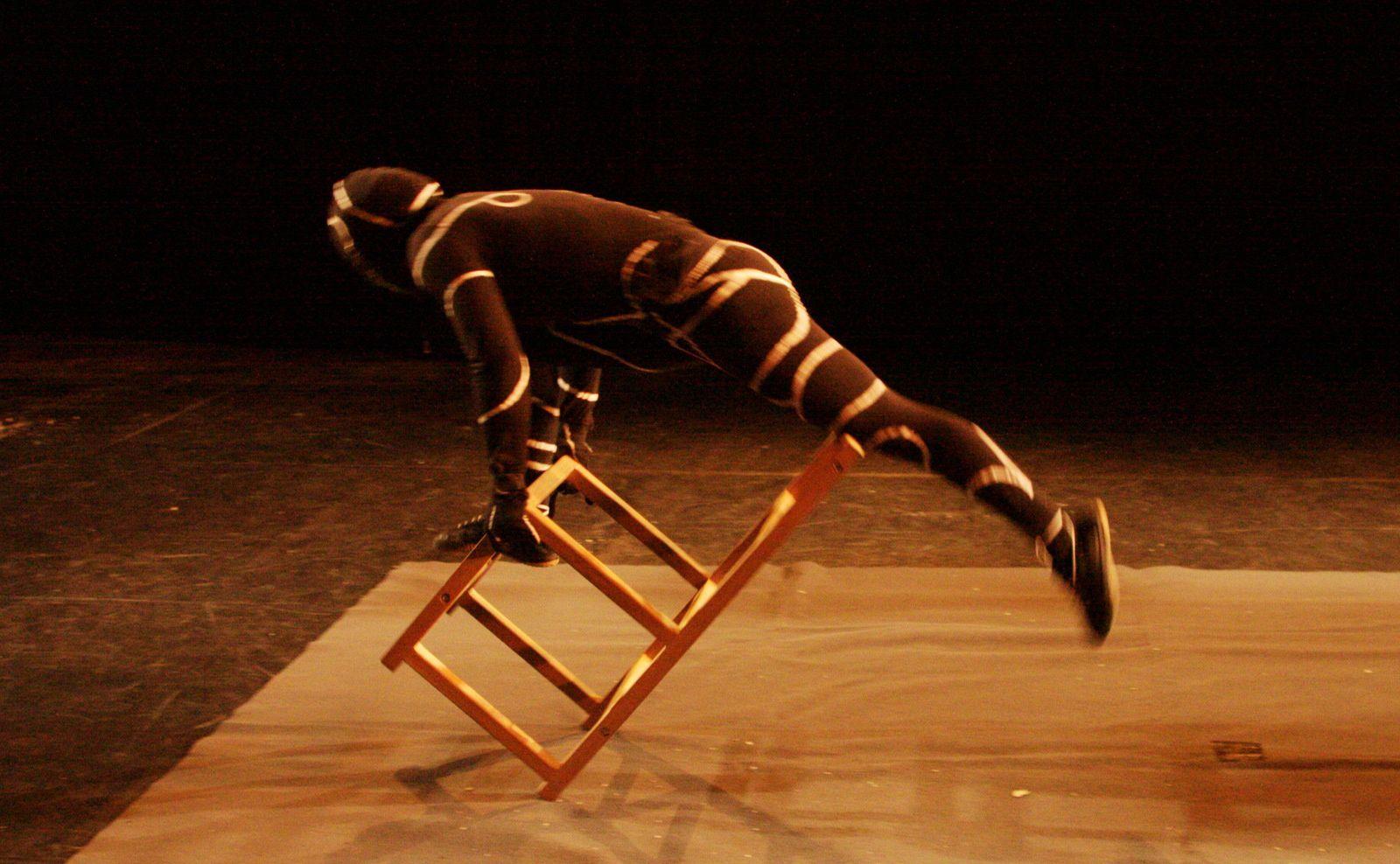 acrobate sur chaise