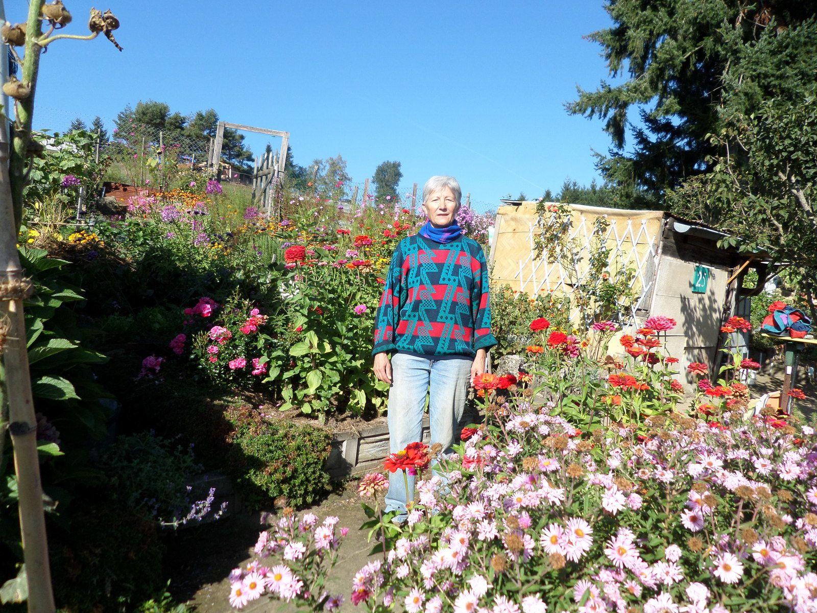 Joséfa dans son jardin ou légumes et fleurs cohabitent pour le bonheur des yeux.