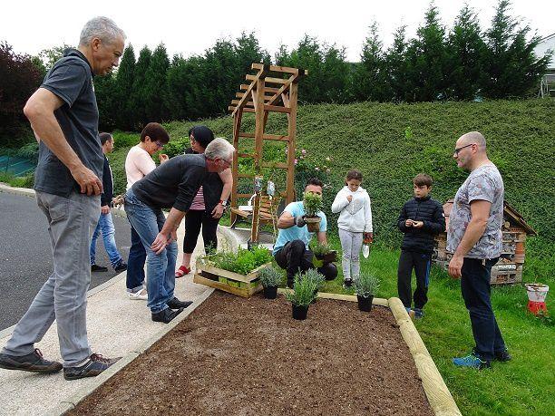 Plantation d'un massif de plantes aromatiques par le Conseil Municipal des jeunes à l'entrée de la commune