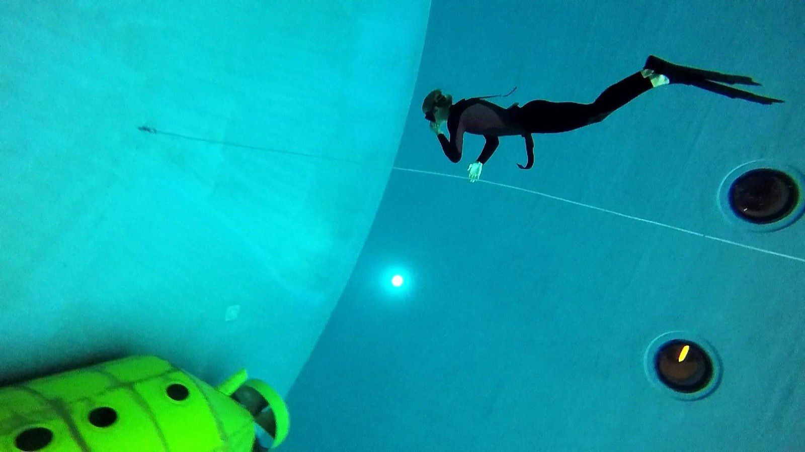 Gilles about to reach the bottom of the tank around -15m.