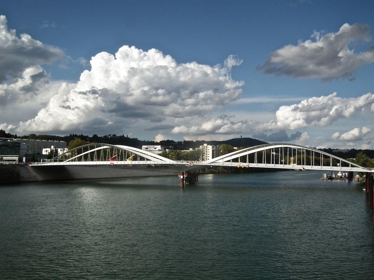 Pont Schuman en amont de la passerelle Massaryk, sera mis en service le mois prochain, prévu pour le printemps dernier, repoussé à l'été! on peut aussi apercevoir les travaux d'aménagement des berges de la Saône. Jeux de lignes entre les deux ouvrages.