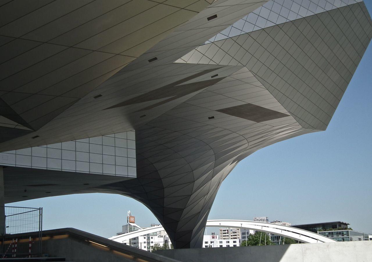 Bassin sous le musée, courbe, flèche, et autre géométrie.