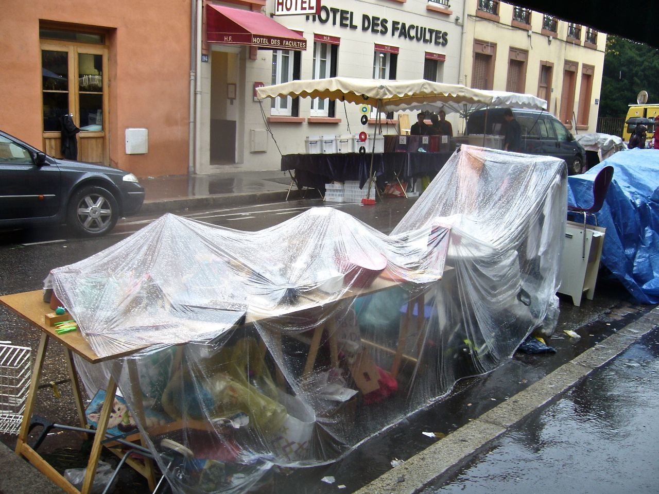 Pluie à vendre! c'était samedi dernier. La brocante rue de Chevreuil-Lyon