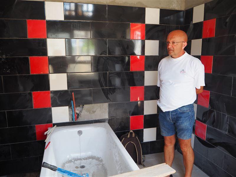 Un salle de bain qui a été carrelée
