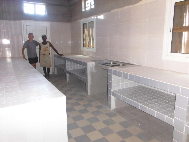 Le carrelage  des paillasses et des murs du laboratoire sont terminés tout comme la pharmacie centrale. L'objectif a été atteint !
