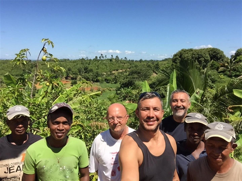 Une dernière photo avant leur départ ! Je crois qu'ils ont été heureux de participer pour une première fois à notre beau projet à tous. J'espère vivement qu'ils reviendront nous soutenir d'autant plus qu'ils connaissent déjà Mananjary car une de leur grand-mère est originaire de notre région.