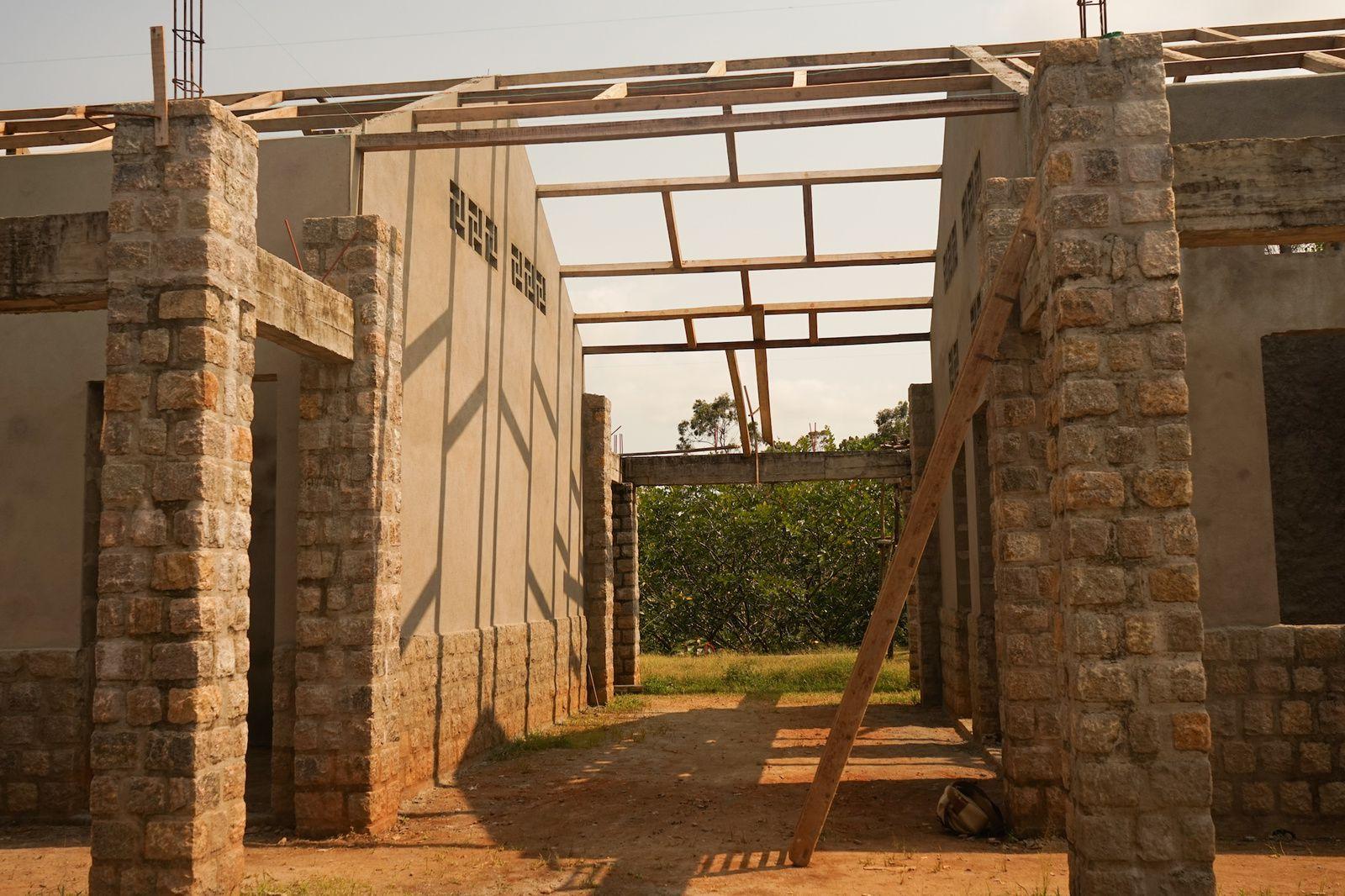 Passage entre le pavillon 8 (à droite) et le pavillon cuisine (à gauche).