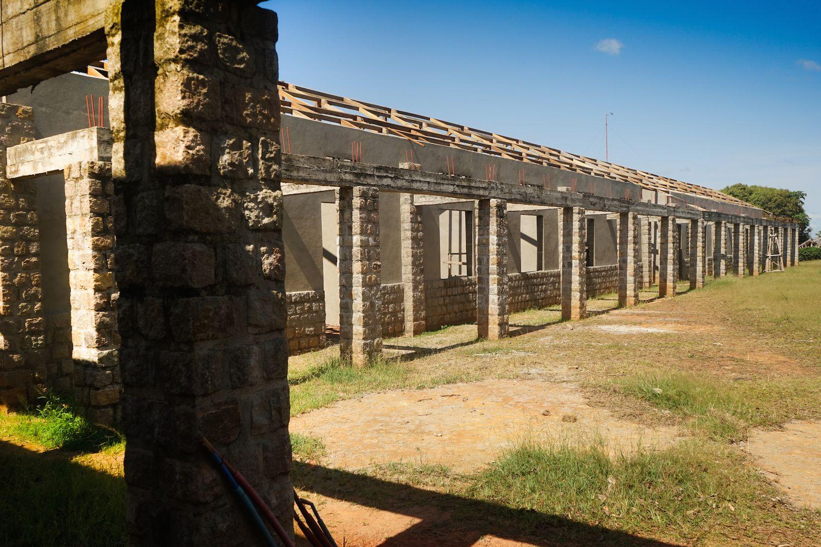 Vue des pavillon 8 (hospitalisation chirurgie) et pavillon 9 (cuisine) (photo prise depuis la varangue du pavillon 7). La charpente est posée sur les deux bâtiments.