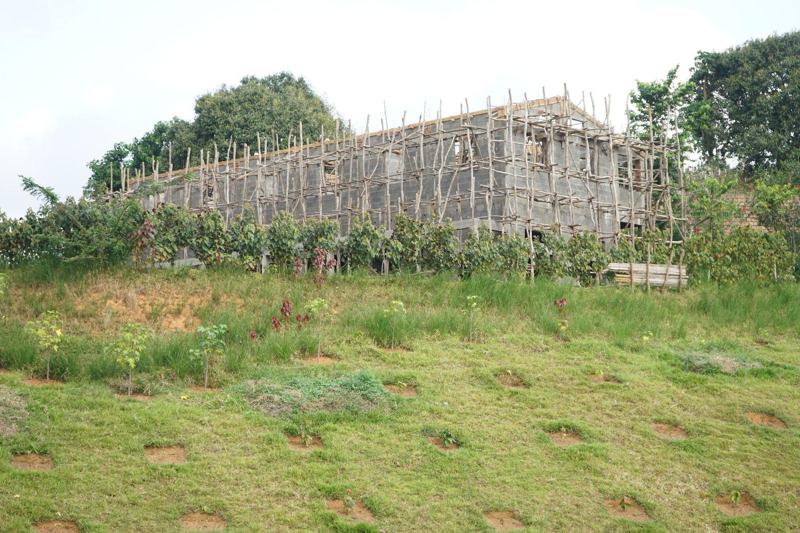 Les murs du bâtiment logistique sont montés.