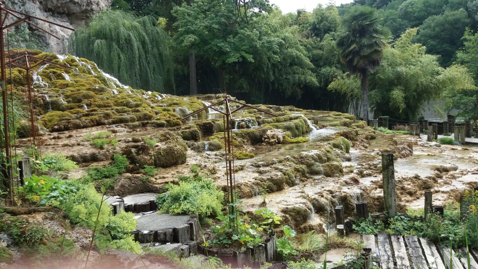 Depuis le plateau des Chambarans les eaux chargées de dioxyde de carbone circulent sous pression à travers les roches. Dès leur apparition à l'air libre le gaz s'échappe, le calcaire dissout réapparaît et se dépose sur le premier obstacle rencontré, en particulier sur les mousses qui sont recouvertes à la base mais continuent de pousser. Le tuf qui s'accroît de plusieurs centimètres par an est le nom donné à cette roche formée par des végétaux pétrifiés