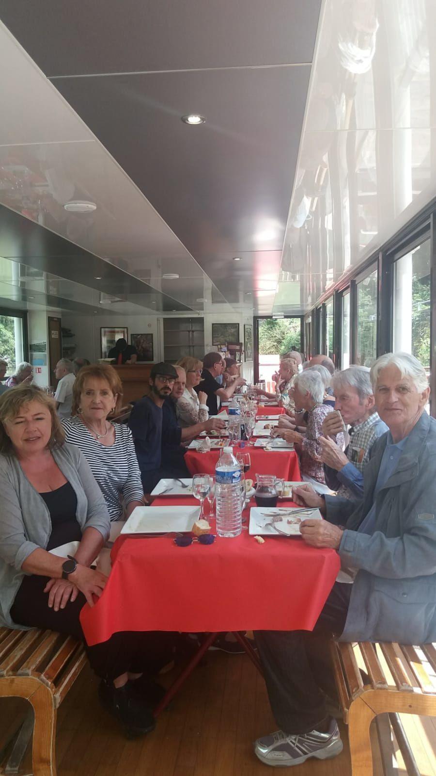 Déjeuner à bord du bateau à roue... au port, mais l'annulation de la croisière en raison des crues de l'Isère n'a pas entamé la bonne humeur du groupe !