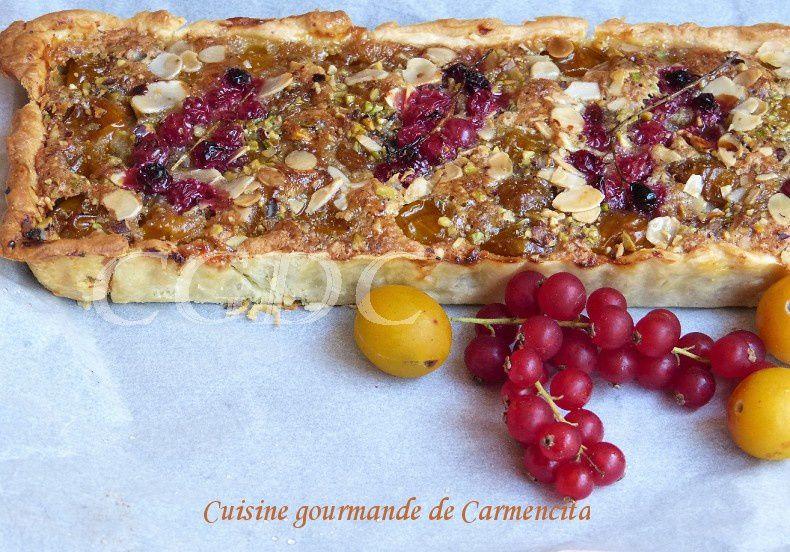 Tarte aux mirabelles et groseilles à la crème de pistaches