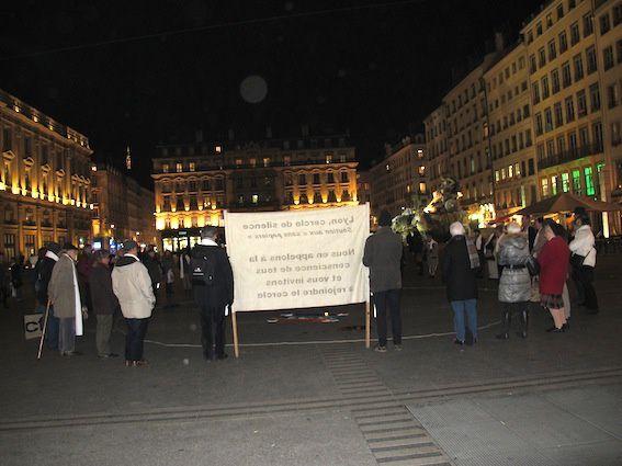 Lyon, cercle de silence du 14 janvier 2015, 70 personnes