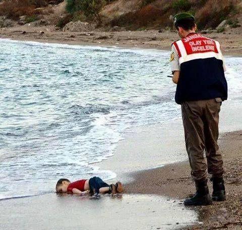 Alors que nos intellectuels tergiversent, la réalité est là : l'image du « garçon de la plage » nous saute à la figure. HONTE !