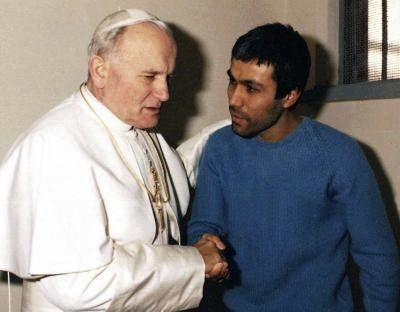 Le 27 décembre 1983, Jean-Paul II s'était rendu dans la prison romaine de Rebibbia pour rencontrer Ali Agca – qui avait tenté de l'assassiner en mai 1981 – et lui accorder son pardon.