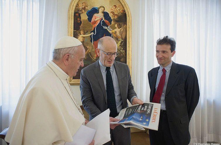 Guillaume Goubert et Sébastien Maillard présentant La Croix au pape le 9 mai 2016