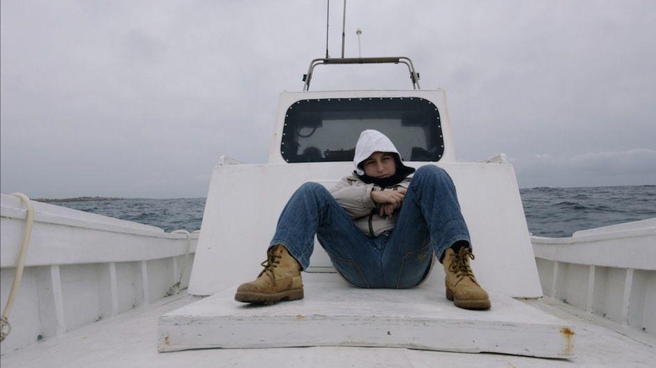 Samuele a 12 ans et vit sur une île au milieu de la mer. Il va à l'école, adore tirer et chasser avec sa fronde. Il aime les jeux terrestres, même si tout autour de lui parle de la mer et des hommes, des femmes, des enfants qui tentent de la traverser pour rejoindre son île. Car il n'est pas sur une île comme les autres. Cette île s'appelle Lampedusa et c'est une frontière hautement symbolique de l'Europe, traversée ces 20 dernières années par des milliers de migrants en quête de liberté. Bande annonce ci-dessous.