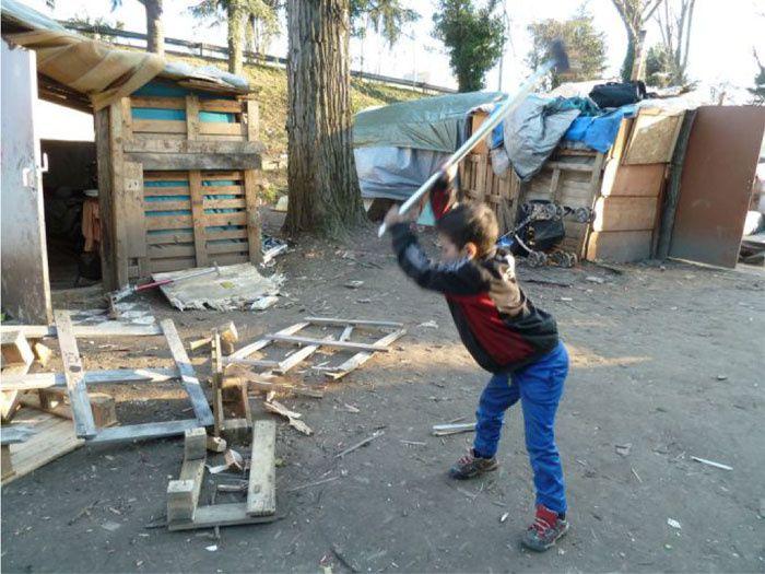 On voit des bidonvilles se développer avec des Roms, mais aussi des migrants afghans ou érythréens... Améliorer et non détruire