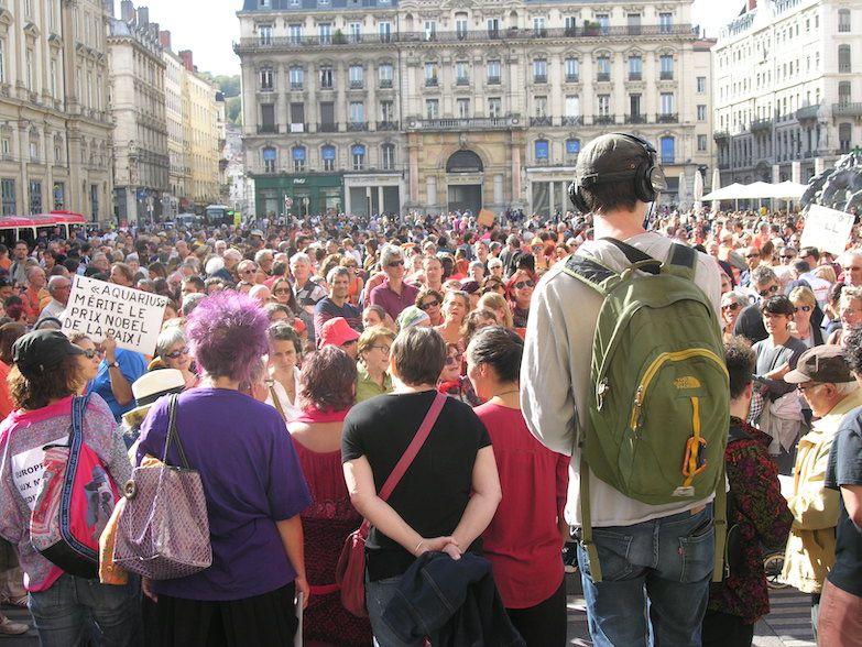 Un peuple immense en quête de fraternité, de justice et de vérité, dans les rues et sur les places. Doivent-ils adorer les productivistes ?