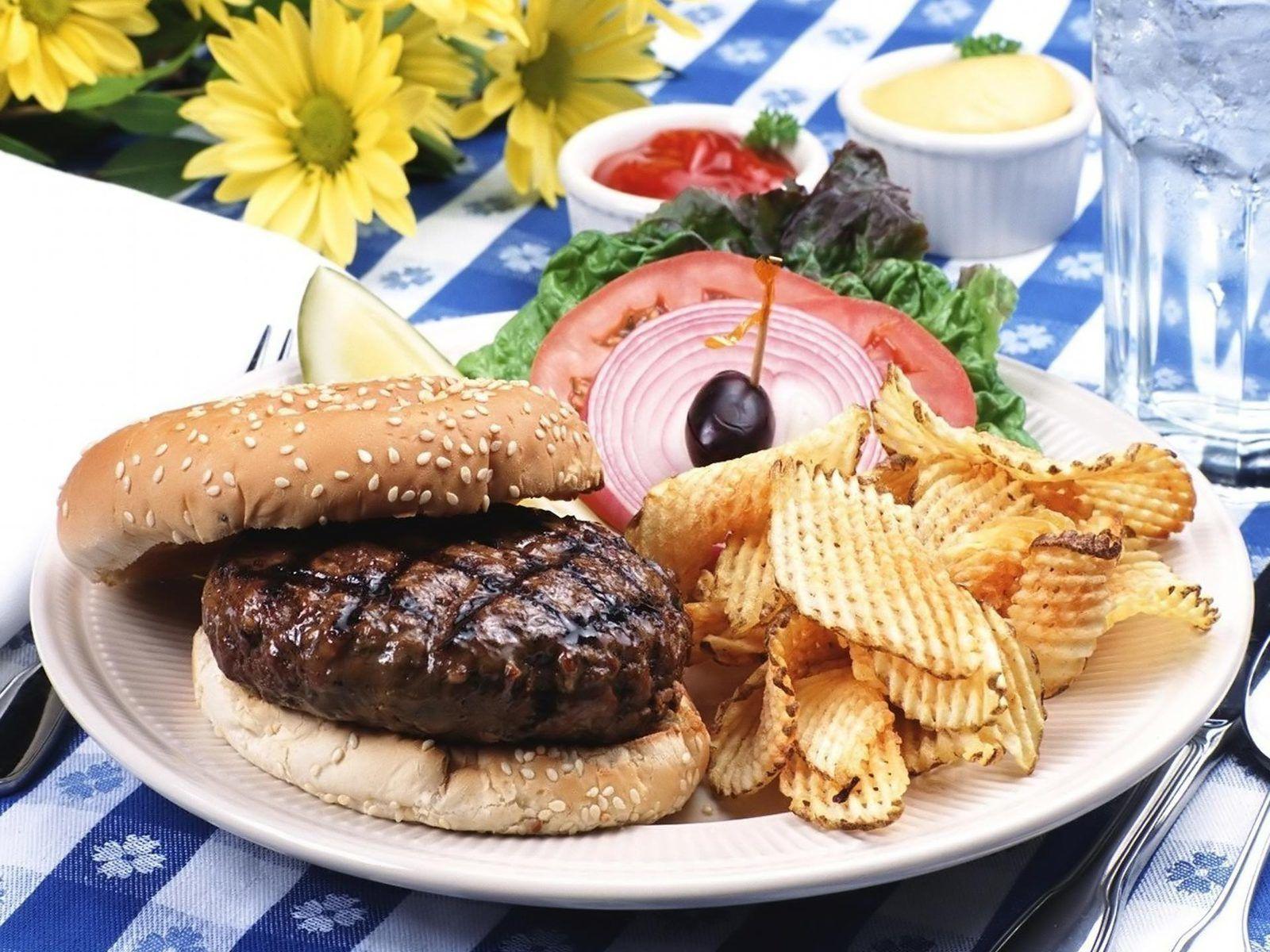 Bon appétit - Nourriture - Assiette - Hamburger - Légumes - Sauce - Chips - Photographie - Wallpaper - Free