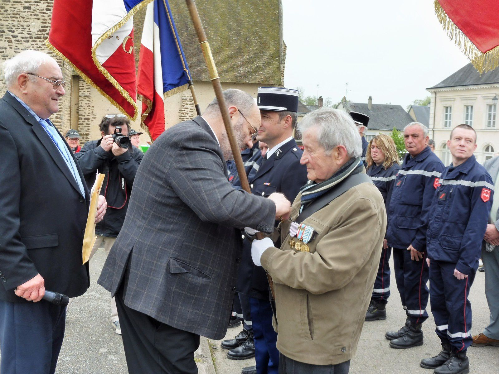 remise de la distinction à Mr Michel Guillon