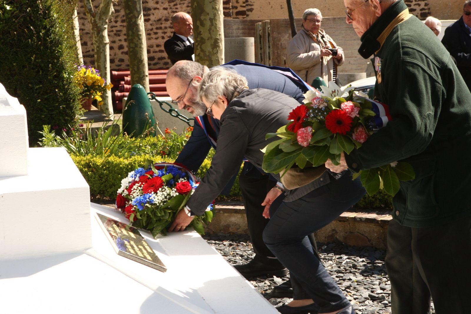 Dépôts de gerbes au monument aux morts