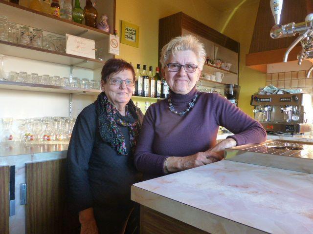 A droite, Brigitte, la patronne de la Douane du Briou et, à gauche, Martine, l'ex-patronne de la Douane qui a vendu son bistrot à Brigitte, il y a dix ans.