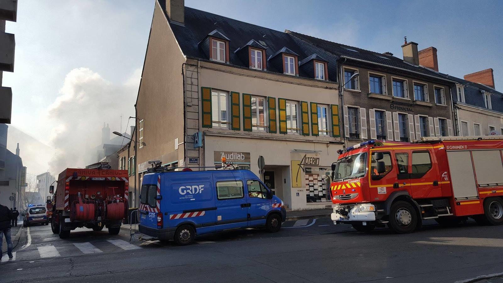 Un incendie a pris dans un appartement de la rue de la Gaucherie à Vierzon. (photos Thibaut Le Mouel).