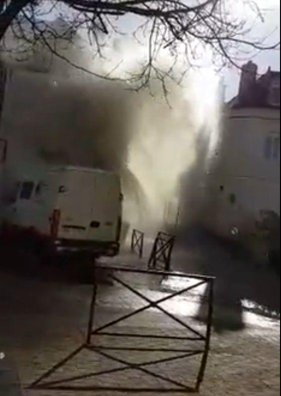 Sacré geyser rue Voltaire ! La canalisation d'eau qui date apparemment de 1904 n'a pas résisté aux travaux. Le beau geyser a duré une dizaine de minutes avant que le robinet ne soit coupé !