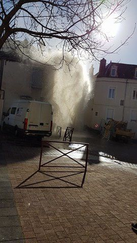 Oh, le beau geyser rue Voltaire !