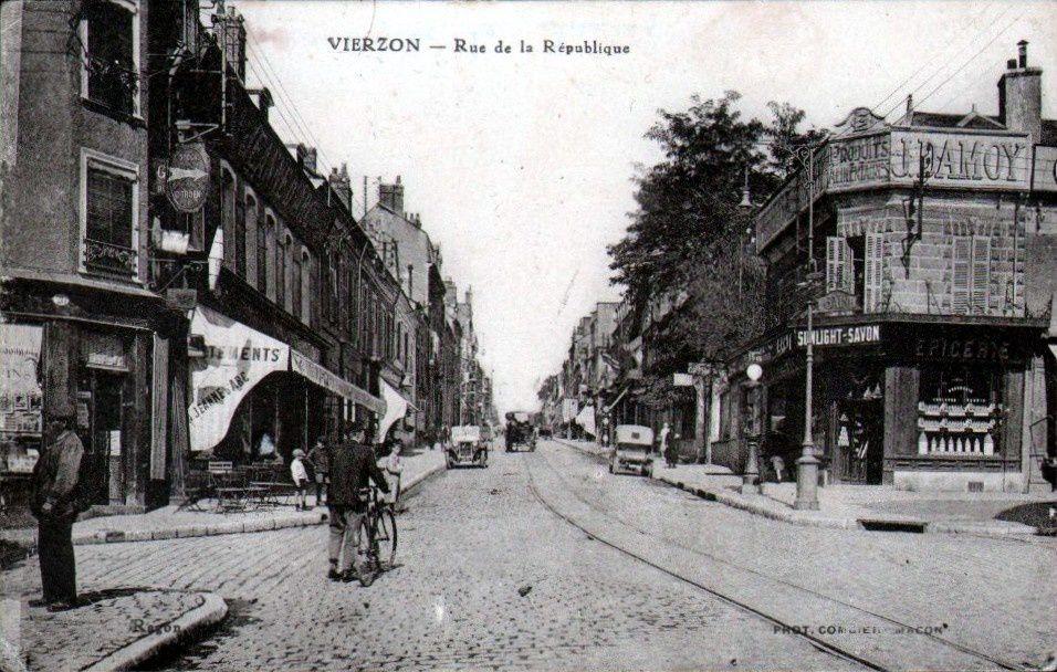 09c068ed74d71f ... la République, avec à gauche le magasin Jeanne d'Arc et à droite, ce  qui n'est encore qu'une épicerie et deviendra plus un magasin de chaussures  réputé, ...