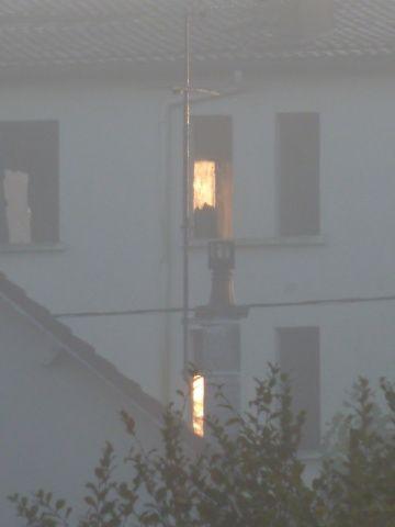 Dans la brume du matin, la cité du Bourdoiseau est encore habitée : quelqu'un a laissé la lumière (photo Vierzonitude).