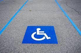 On nous écrit à propos de places handicapées difficilement accessibles