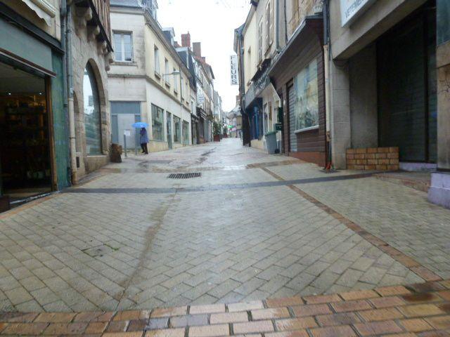 Rue Joffre, un cimetière de commerces, sans fleurs, ni couronnes