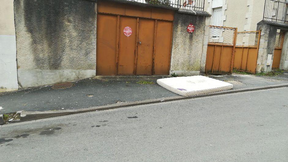 Pour réveiller une ville, jetons les matelas sur le trottoir !