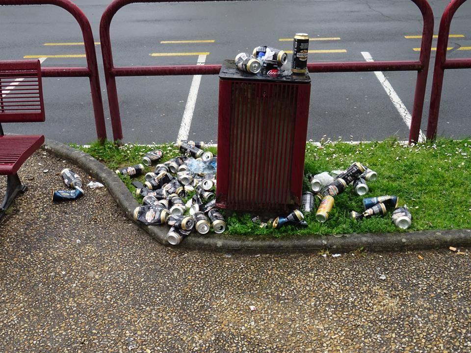 Voici la photo d'une poubelle vierzonnaise mise en bière. Photo d'un internaute.