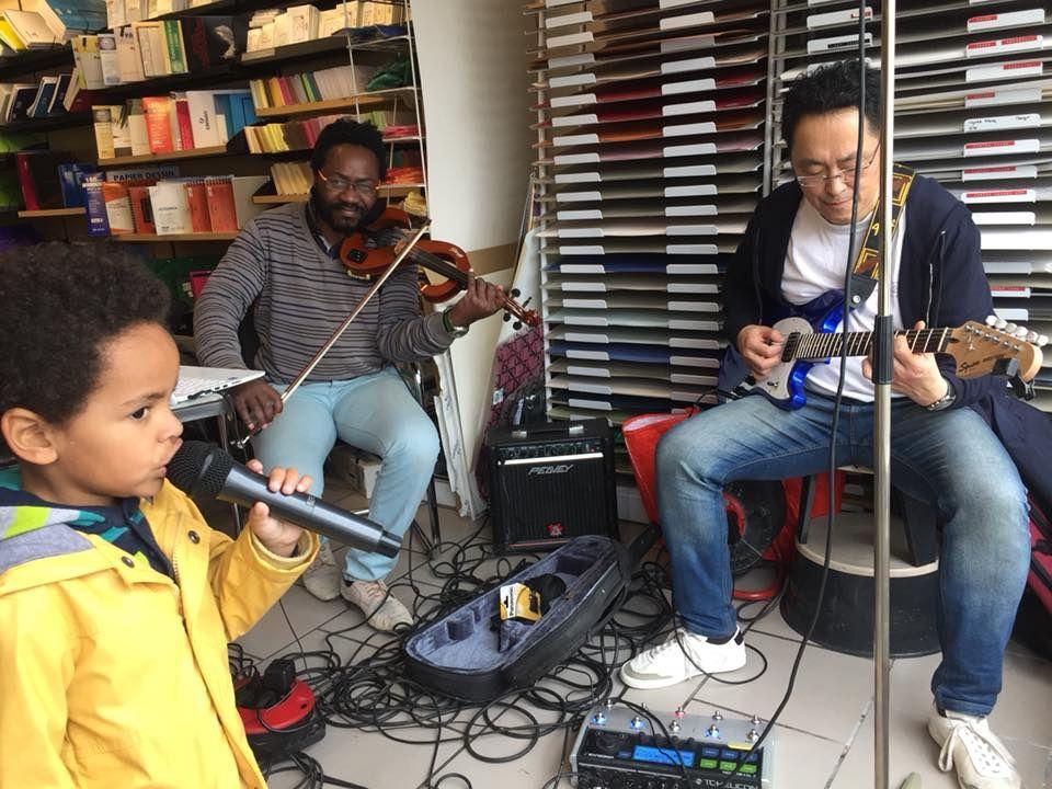 François au violon, Henri-Victor à la guitare et le plus jeune soutien de la maison de la presse au micro !