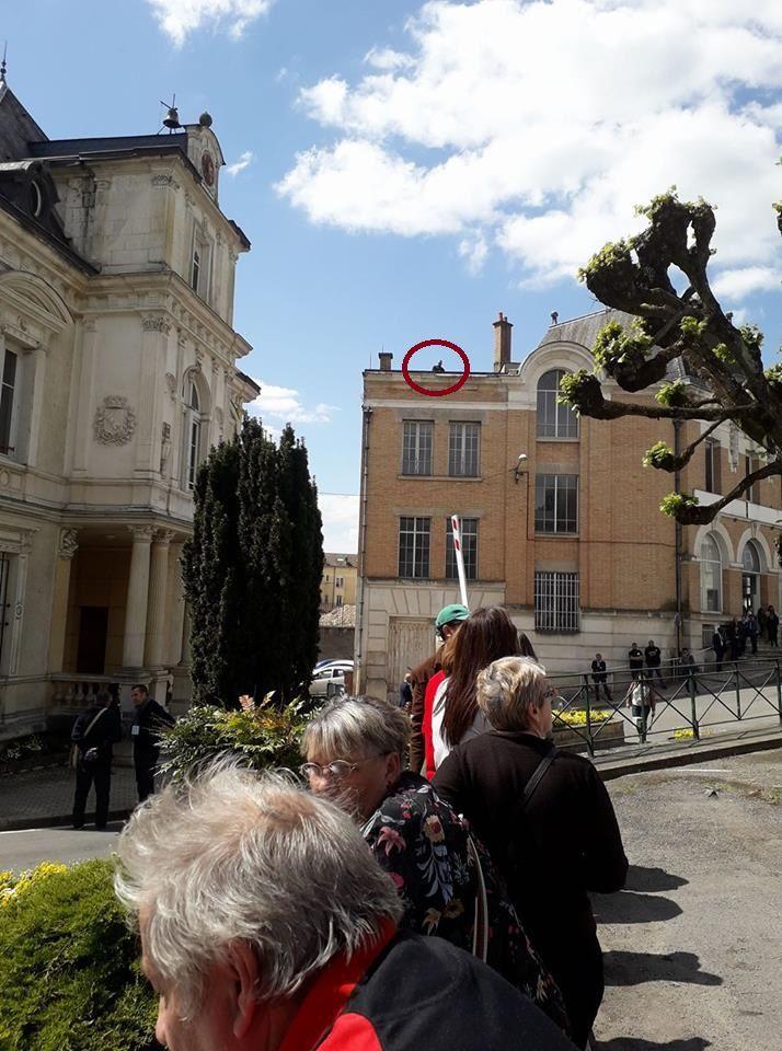 Il y avait aussi des hommes armés sur les toits, comme ici sur celui de l'ancienne Poste. Photo Maryline Mary.