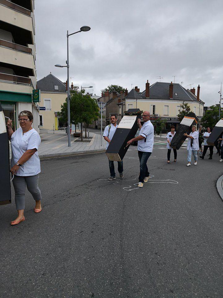 Hôpital : une marche des cercueils place Gabriel-Péri